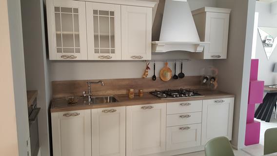 Cucina con anta in legno bianco frassinato