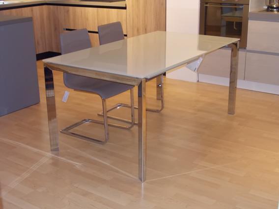 tavolo in vetro con struttura cromata
